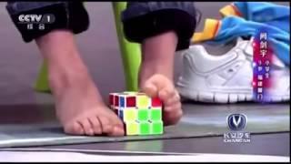 Složit rubikovku nohou? Kluk z Číny to dává v pohodě