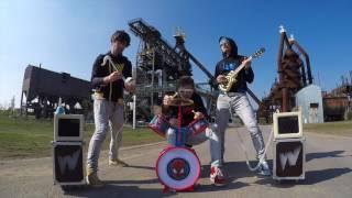 Klasická rocková pecka zahraná na dětské nástroje